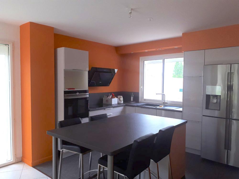 Peinture orange murs cuisine à Fontenay-le-Comte - Peintre Atelier Pro Peinture à Pouillé